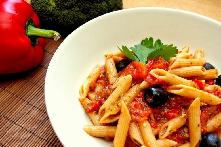 Penne w pikantnym sosie pomidorowym z anchois, oliwkami i kaparami