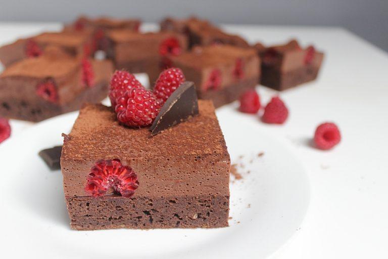Cukiniowe brownie z musem czekoladowym i malinami