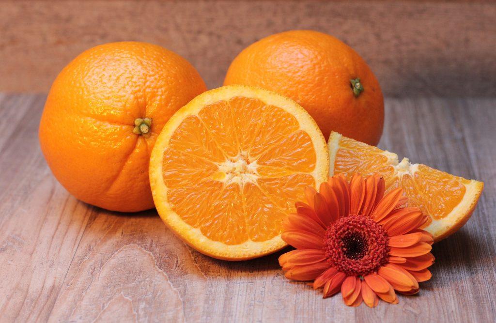 Sok pomarańczowy i pomarańcza mają podobną zawartość składników odżywczych.
