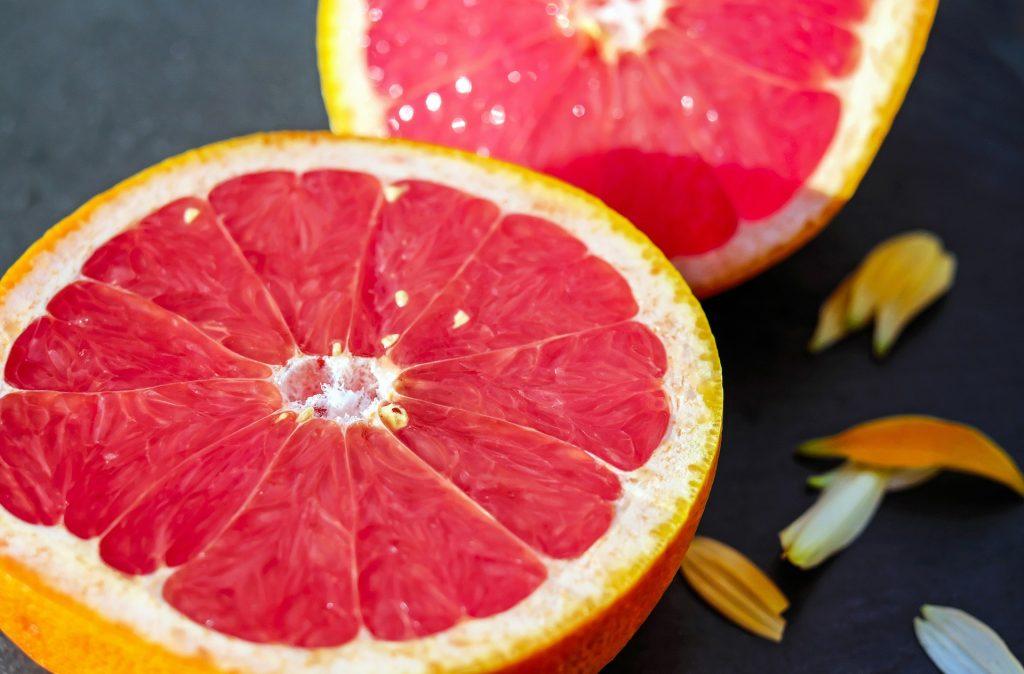 Grejpfrut to owoc bogaty w wiele korzystnych związków.