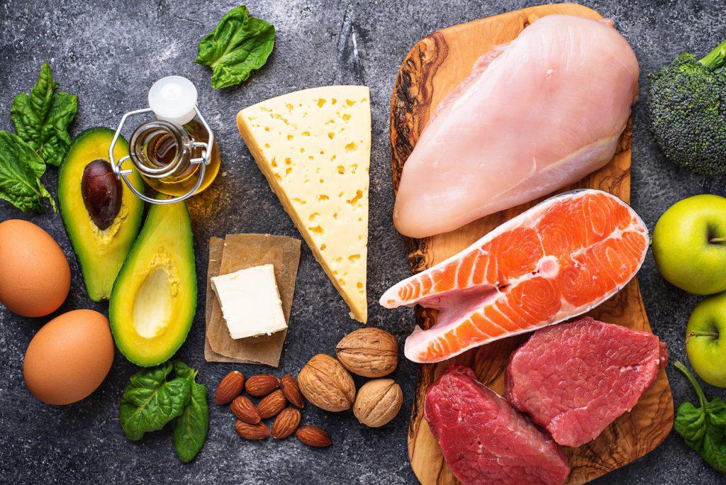 Dużo tłuszczy, średnia ilość białka i mały dodatek warzyw, owoców i błonnika. To podstawowe zasady diety ketogenicznej!