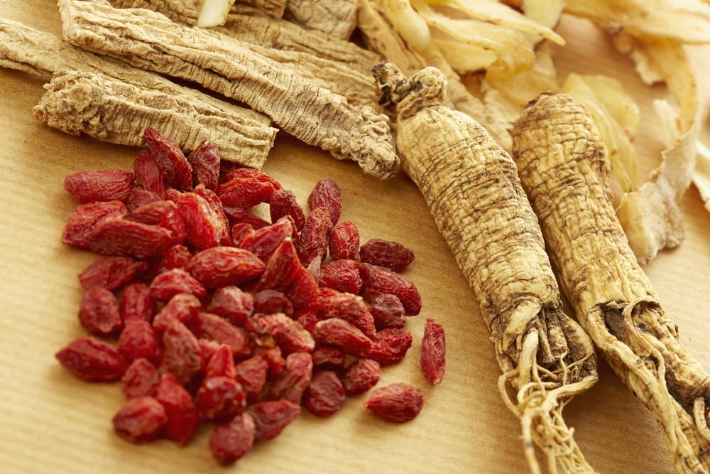 Świeży korzeń i owoce Żeń-szenia (Panax Ginseng)