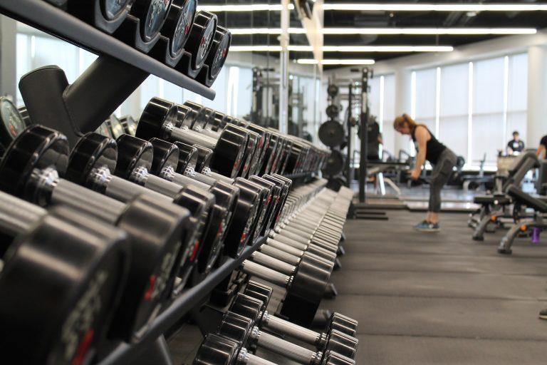 Hantle i wyciągi jako uzupełnienie treningu siłowego